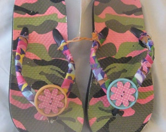 Camouflage Pink Flip Flops / Girls Fun Camouflage Sandals / Girls Size (7 1/2) Camouflage Slippers / Fun Slippers For Kids / Girls Fun Shoes