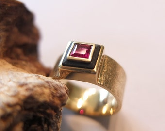 Ring 750 / - gold with Ruby and slate