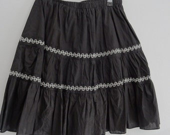 SALE!! 1980s Black lined skirt with white embroided detail