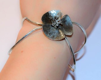 925 sterling silver bracelet with a flower