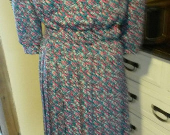 Floral Vintage 80s pleated dress with matching belt. US 10/UK14
