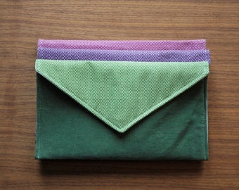 Small green style envelope pouch / handbag made in Québec from recycled and reclaimed materials