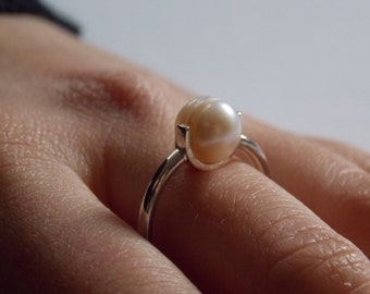 Silver ring and pale pink round pearl of culture