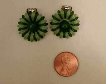 GROOVY 70's Green Daisy Clip Earrings