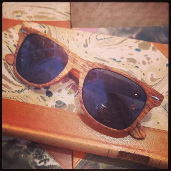Retro sunglasses: Wayfarer model light wood print.