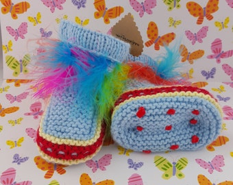 Non slippery knitted baby booties with feathers
