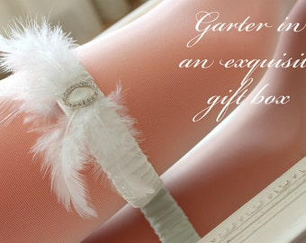 White gatsby style garter in an exquisite gift box, wedding garter with feathers, bridal garter with feathers, gatsby garter, plus size