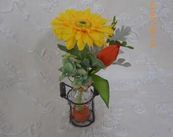 DAIRY VIDRIOadornada with artificial flowers