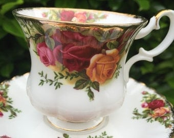Vintage shabby-chic tea cup candles