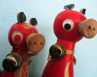 Vintage Pigs, Salt and Pepper Shakers, Red, Pig, Wood, 1950s, Kitsch, Made in Japan, Retro Kitchen, Gift, Gifts for Her