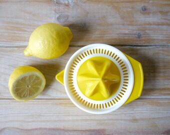 Vintage yellow citrus juicer - Plastic 70s yellow lemon orange juicer - Manual fruits juicer - Retro manual citrus press - Yellow juicer