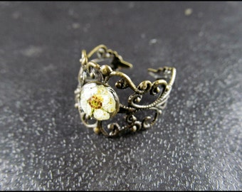 Flower ring with white flower