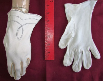 Vintage 50s Knit Gloves 1950s White Wrist Embroidery Pintuck Wedding Accessory Fashion