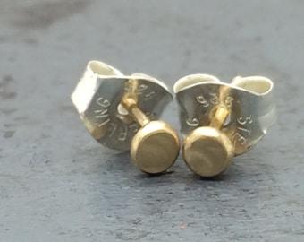Hammered 14k green gold pebble stud earrings
