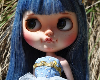 Neo Blythe Blythe Bling Bustier Dress. A baby blue with a teeny white flower / gold trim bodice design dress 16_9 set