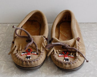 childrens minnetonka moccasins, size 11 little kid, suede fringed moccasins, unisex vintage kids shoes, brown leather moccasins, classic