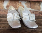 FREE SHIPPING Silver Party Shoes Sparlkes Vintage 60s Pumps size 8