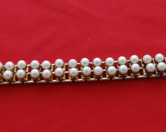 """Vintage  gold tone 7"""" bracelet with raised pearls in great condition"""