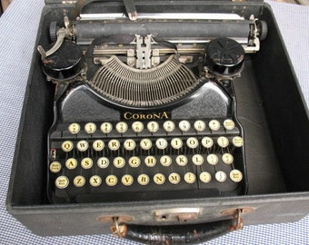 Vintage Corona 4 typewriter in Original case - Excellent condition - It still works!