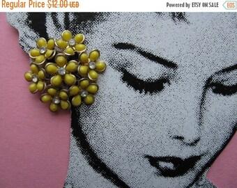 ON SALE vintage flower earrings, 1950's floral cluster, yellow daisy earrings, jewel flower clip-ons
