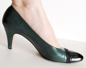 Classic Vintage 1950s Forest Green Leather Pumps with Black Patent and Ribbon Accent Size 9 AAAA Extra Narrow