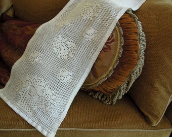 Vintage Crochet Table Runner / Hand crocheted White Table Runner / Holiday Table Runner / Vintage Wedding / Dresser Scarf