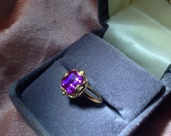 Gorgeous 14K Gold ring with Purple Topaz Center stone Size 5 2.2g
