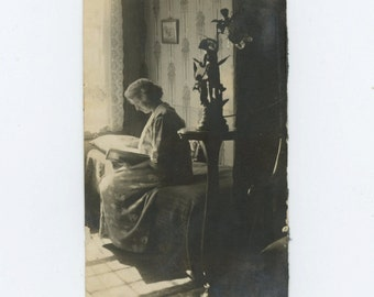 Vintage Snapshot Photo: Woman Reading, c1910s (69504)