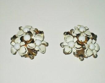 SALE Vintage Kramer earring, Kramer Jewelry, bloom flower milk glass earrings, milk glass jewelry, 40s, white earrings, bridal earrings,