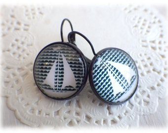 Sailboat - Earrings boat, glass cabochon, black earrings sailing maritime nautic