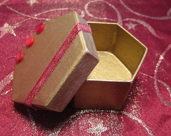 Mini gift boxes star / hexagon / circular in silver or gold with button and ribbon trim