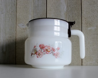 Vintage coffee pot. French vintage. Arcopal coffee pot. Arcopal France. Milk glass coffee pot. Pitcher with lid // D376