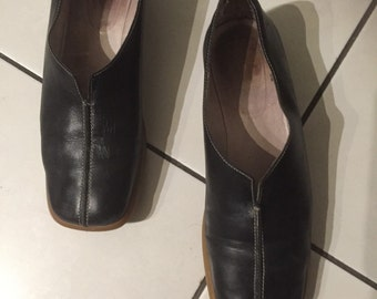 Woman, vintage 80s black leather loafers. Size 39, US 7.5