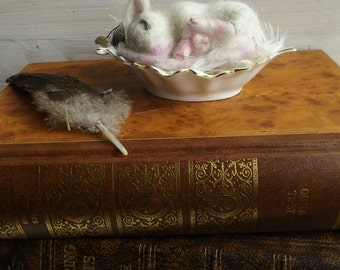 Needle felted mouse,mothers day gift, mouse and vintage dish,mouse miniature,mothers day gift