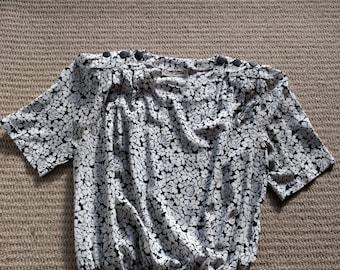 1980s Tres Beau blouson-style loose fit black & white floral top shoulder buttons