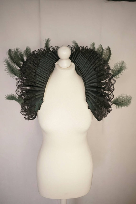Great millstone collar with feathers and lace trims - big Elizabethan ruff with feathers and lace