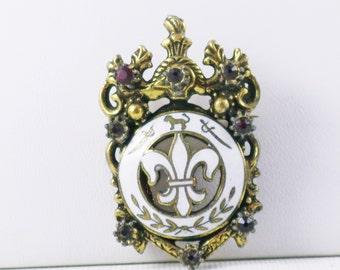 Vintage Brass Plated White Enamel Red Rhinestone Fleur di Lis French Royalty Brooch Pin (B-1-6)