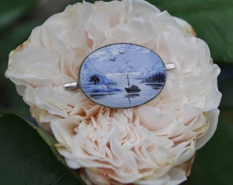 Beautiful vintage - Hand painted - Silhouette of a boat moored in a cove - Brooch