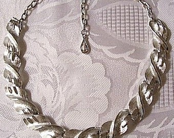 Coro Wavy Slotted Links Necklace Choker Silver Tone Vintage Teardrop Dangle Size Adjustable Brushed Lined Texture Hook Clasp