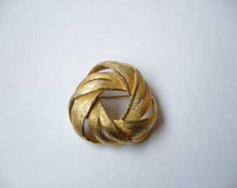 Vintage BSK Swirl Knot Brooch Brushed Shiny Gold Tone Metal Signed Circle Pin