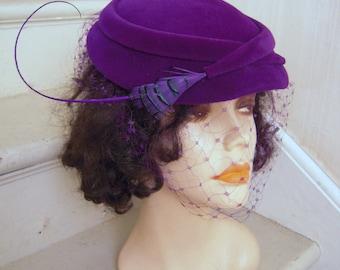 1940s Dramatic Feather Fascinator Plush Purple Velvet Hat Birdcage Veil Size 23