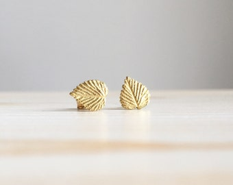 Orecchini con foglie di rovo. Orecchini tappabuco in oro verde 18k realizzati a mano.