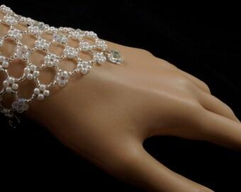 Swarovski crystal pendant beaded pearl bridal bracelet. silver pearl beaded bracelet. pearl crystal wedding bracelet. beaded bridal bracelet