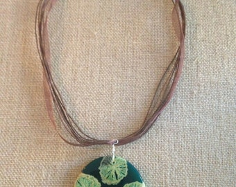 Ribbon necklace with an inlay pendant.