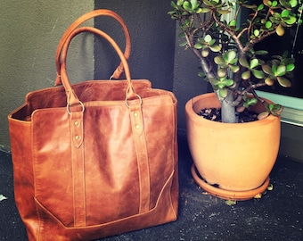 Traditional shoulder Tote Bag! Quality stitching and genuine leather. Strong handles and fully lined inside with feature details, tote bag.