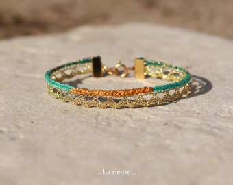 Bracelet fin doré, La rieuse.