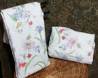 One set of King size vintage sheets of the late 80's, adorned with  multi colorful flowers, one flate and on fitted sheet.