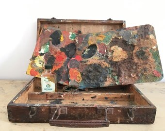 Old wooden box and its paint palettes.