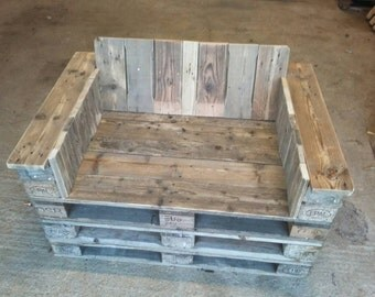 Love bench/seat made of reclaimed (euro)pallet wood/oak, available with different finishes.