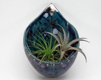 Keramik Pflanzschale, Wandschale, Blumentopf für die Wand, Pflanzschale in Tropfenform mit Glanzplatin Dekor, blauer Blumentopf aus Ton